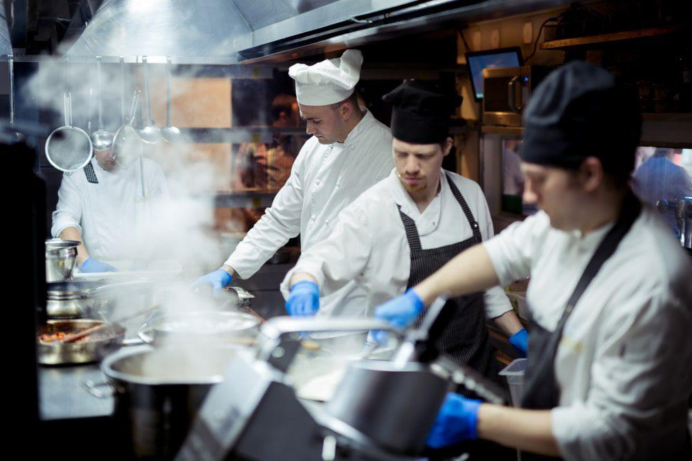 Marche en avant en cuisine : définition et mise en place